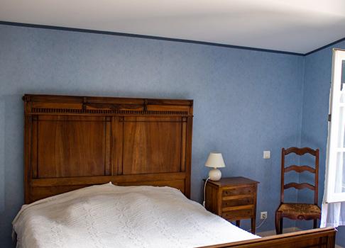 La chambre bleue et son lit double
