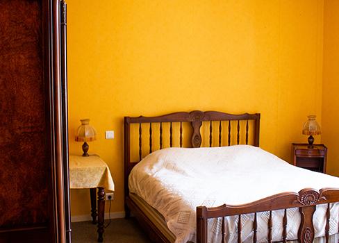 La chambre jaune et son lit